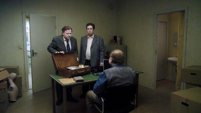 Sie möchten helfen, Spaß zu haben: Jonathan (Holger Andersson) und Sam (Nils Westblom) auf ihrer glücklosen Mission als Vertreter für Scherzartikel. © Neue Visionen Filmverleih