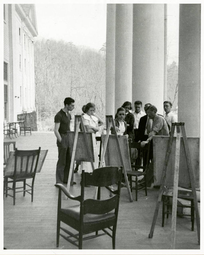 Black Mountain College: Josef Albers Zeichenkurs auf der Veranda der Lee Hall, Blue Ridge Campus Frühling, 1936. © Courtesy of Western Regional Archives, States Archives of North Carolina