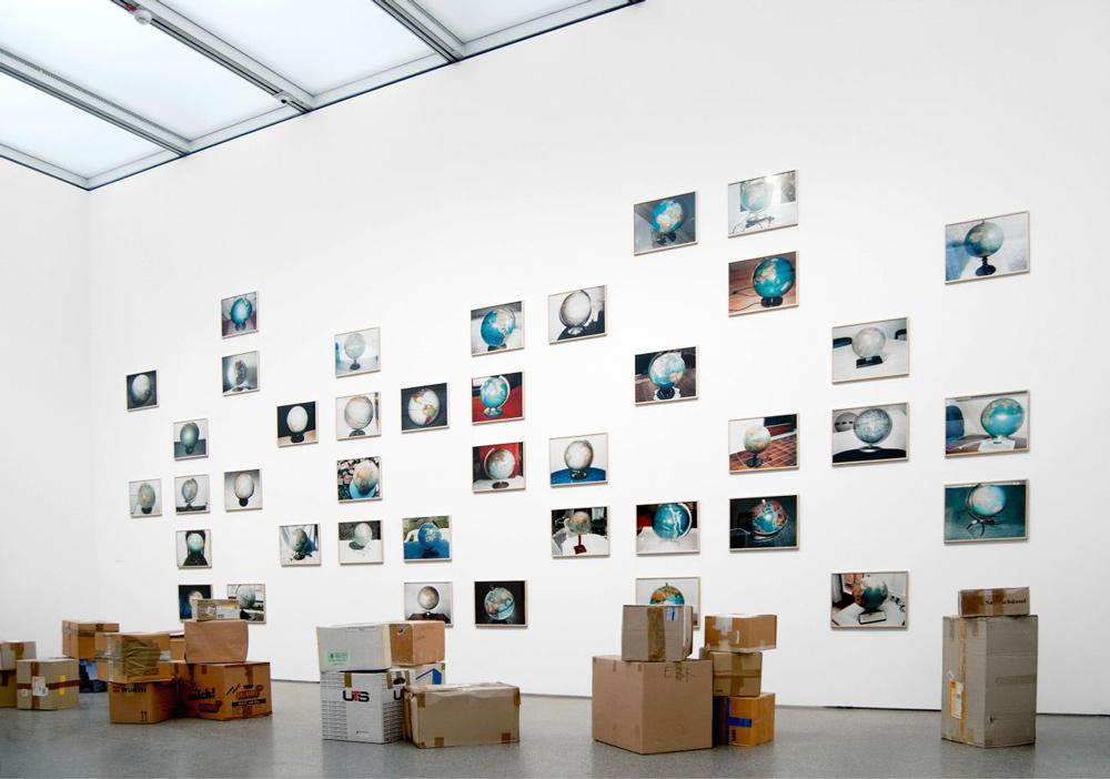 Ausstellungsansicht der Serie Globen (c) Viktoria Binschtok