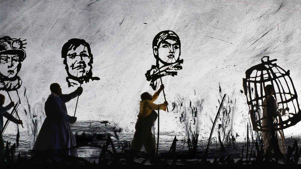 William Kentridge MORE SWEETLY, PLAY THE DANCE, 2015 8-Kanal-Videoprojektion, Farbe, Ton, Megaphone, Videostandbild © Courtesy the artist, Marian Goodman Gallery (New York, Paris, London); Goodman Gallery (Johannesburg, Cape Town) and Lia Rumma Gallery (Naples, Milan)