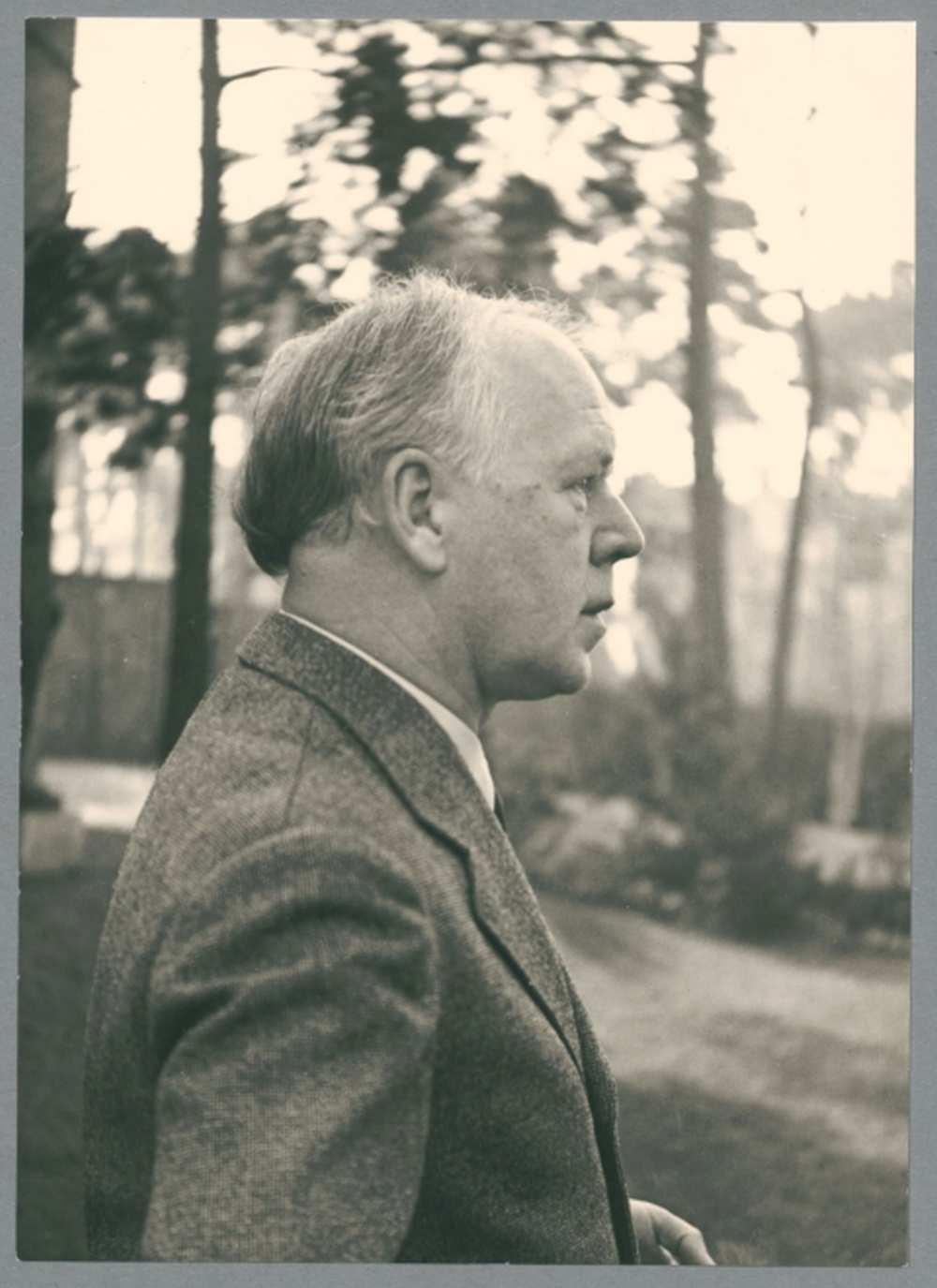Georg Kolbe 1936 in seinem Garten in der Sensburg Foto Kurt von Keudell Bildarchiv Georg Kolbe Museum