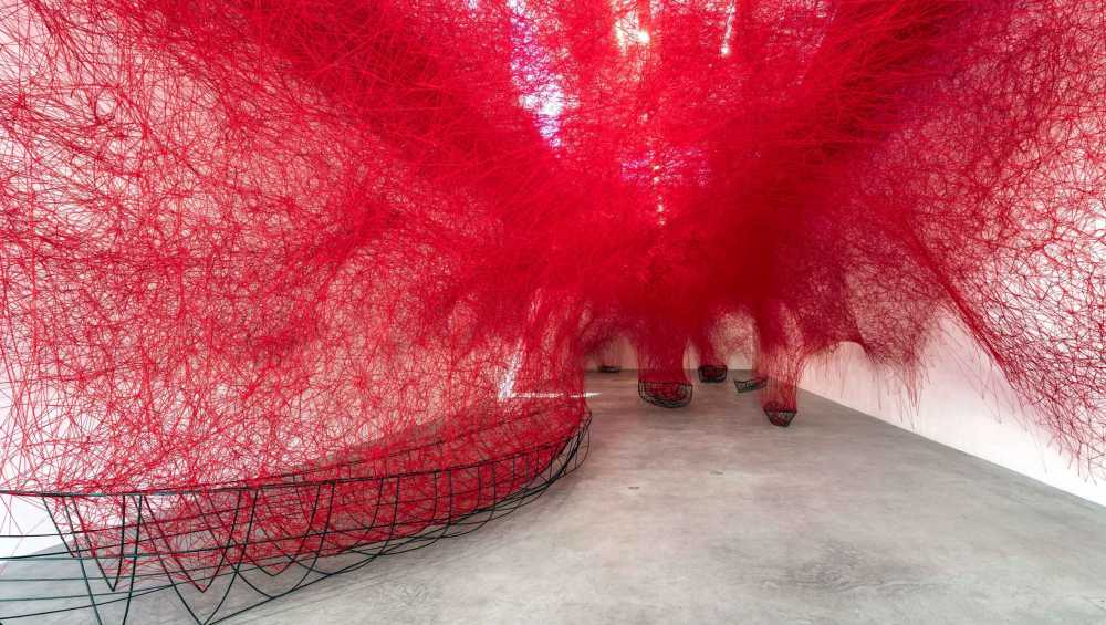 Chiharu Shiota, Uncertain Journey, 2016, Installation View Courtesy die Künstlerin und BlainSouthern, Photo Christian Glaeser