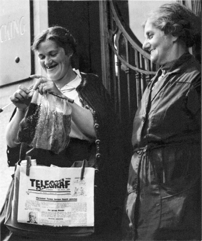 Gerti Deutsch; Musterbuch Zeitungsverkäuferin, ca. 1930er, Gerti Deutsch © FOTOHOF archiv und gettyimages