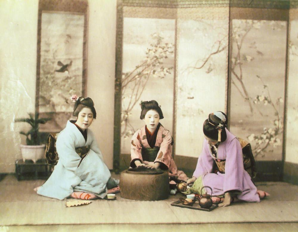 Kimono Bröhan-Museum, DREI GEISHAS BEIM TEETRINKEN o. J. Albumin Privatsammlung, Stuttgart