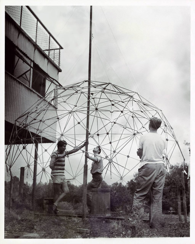 Black Mountain College: Buckminster Fuller Class, Lake Eden Campus, Sommer, 1949. © Courtesy of Western Regional Archives, States Archives of North Carolina / Masato Nakagawa