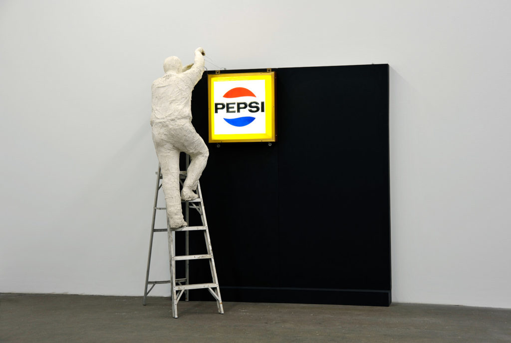 George Segal Man Installing Pepsi-Sign, 1973 © The George and Helen Segal Foundation / VG Bild-Kunst, Bonn 2018 / Staatliche Museen zu Berlin, Nationalgalerie / Andres Kilger