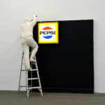 George Segal Man Installing Pepsi-Sign, 1973 © The George and Helen Segal Foundation / VG Bild-Kunst, Bonn 2018 / Staatliche Museen zu Berlin, Nationalgalerie / Andres Kilger