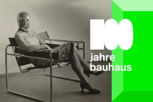 Frau im Clubsessel B3 von Marcel Breuer (Ausschnitt), 1927 / Maske von Oskar Schlemmer, Kleid von Lis Beyer Foto: Friederike Holländer, 2017 / © Klassik Stiftung Weimar/ © Stephan Consemüller (Erich Consemüller)