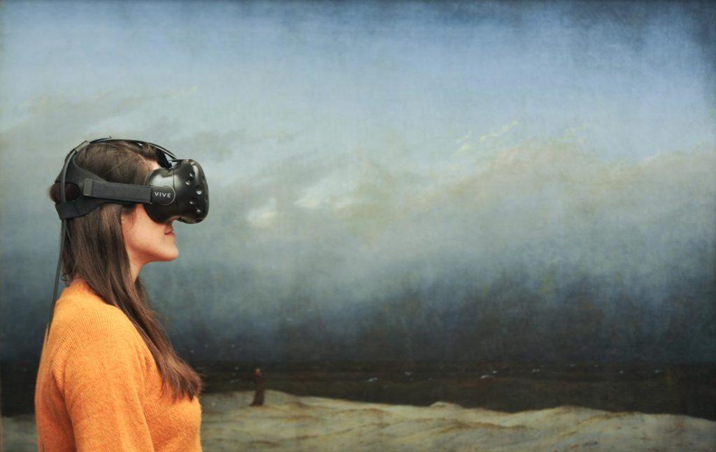 Virtual Reality Brille mit Mönch am Meer im Hintergrund Caspar David Friedrich: Mönch am Meer, 1808–1810 © Staatliche Museen zu Berlin, Nationalgalerie / Andres Kilger