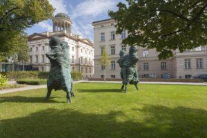 """Bettina Berggruen Gartenmit Skulpturen """"United Enemies"""" (2011) von Thomas Schütte, © VG Bild-Kunst, Bonn, 2019, Foto: Christo Libuda, Lichtschwärmer"""
