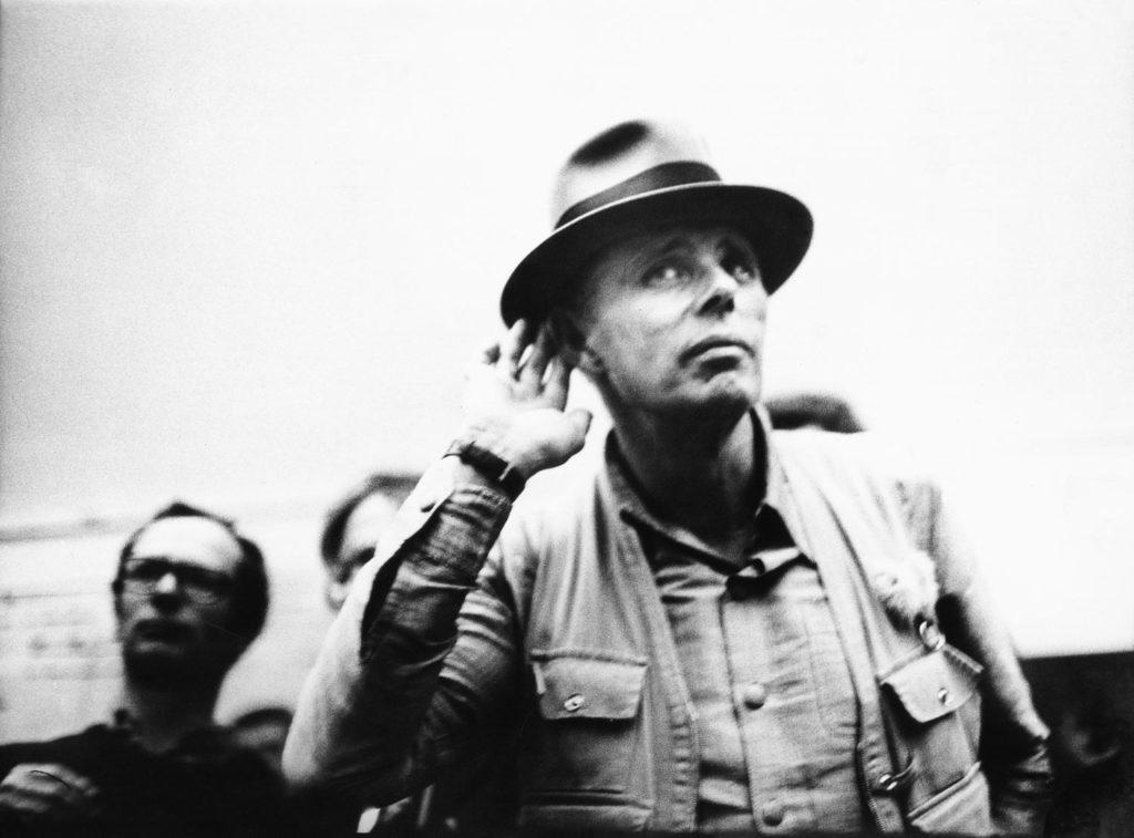 ute klophaus, joseph beuys während der diskussion bei der ausstellungseröffnung »beuys und seine klasse«, 1976, bpk / stiftung museum schloss moyland / ute klophaus / leihgabe der ernst von siemens kunststiftung