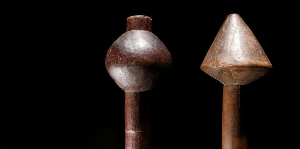 Afrikanische Stäbe in der Galerie Dogon