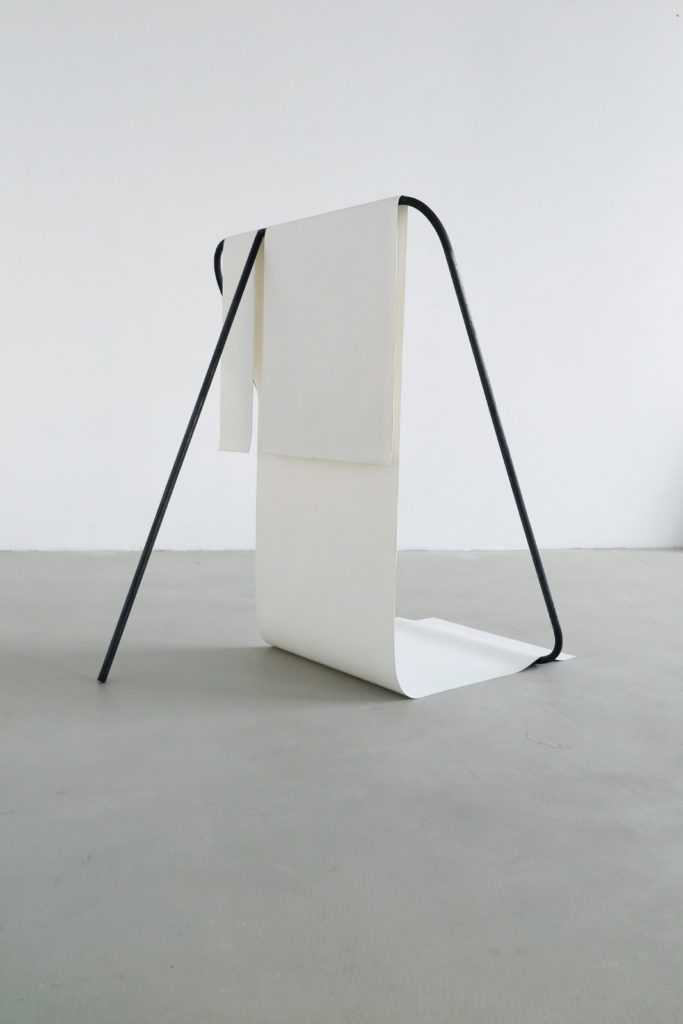 Stef Heidhues, Untitled (frames. twin. white), 2020, Stahl, Silikonmatte, 82 x 69 x 82 cm