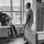 Nick Harwart fotografiert Pfleger Konrad Tabbert am Helios Klinikum