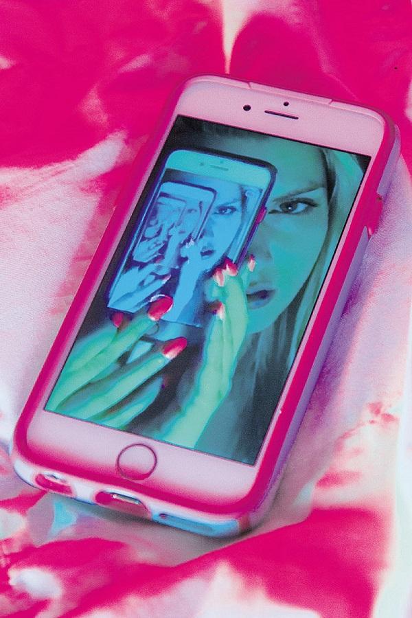 Instagram und Kunst: Die amerikanische Künstlerin Signe Pierce verwendet soziale Medien als Leinwand. Foto: Signe Pierce