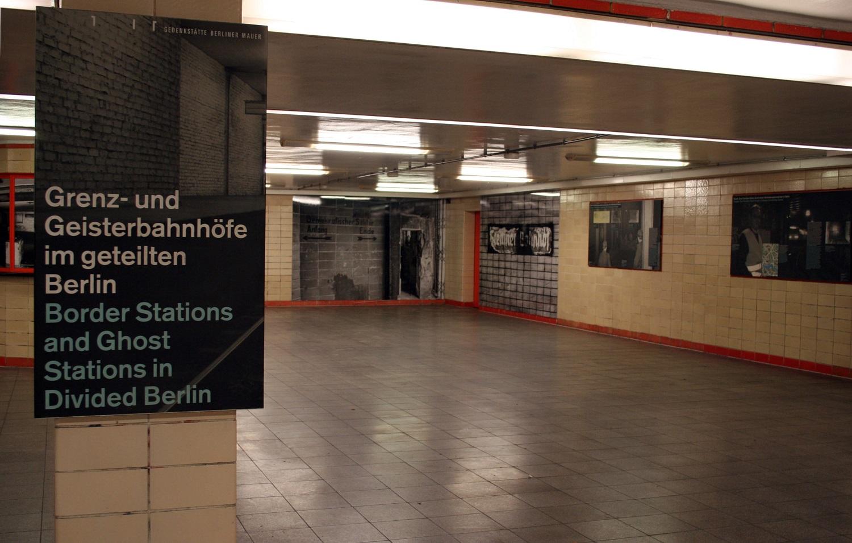 """© Blick in die Ausstellung """"Grenz- und Geisterbahnhöfe im geteilten Berlin"""" im Zwischengeschoss des Nordbahnhofs"""