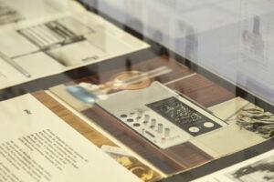 """Blick in die Ausstellung """"Die Braun Idee. Zur Corporate Identity der Firma Braun 1954 bis 1972""""."""