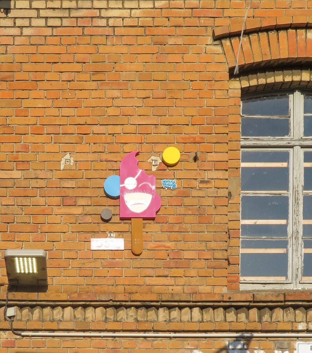 Pointilistische Objekte (sog. Dots) des Street Art Künstlers CMYK Dots an der Revaler Straße (Urban Spree Gallery), Berlin-Friedrichshain. Foto: Foto: André Lindhorst