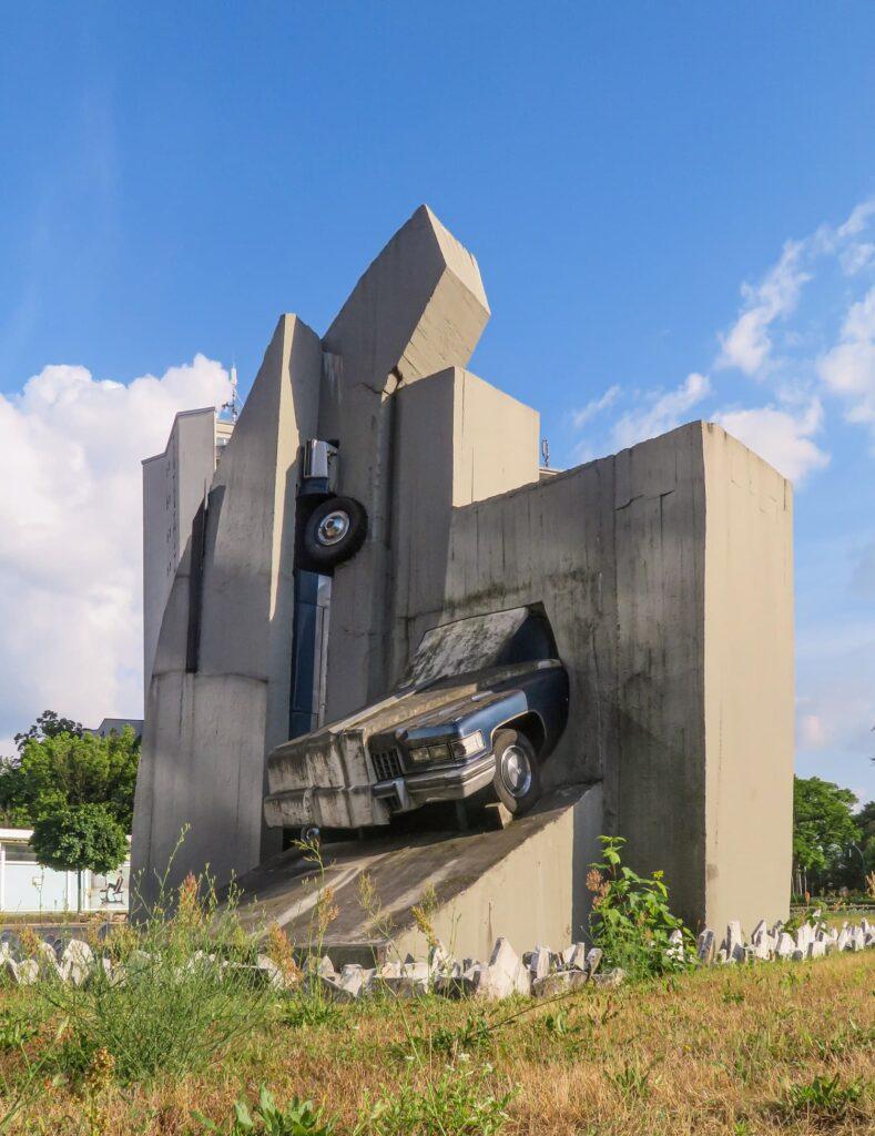 """Seit Jahren vernachlässigt! Die Skulptur des Bildhauers Wolf Vostell """"Beton-Cadillacs"""" (1987) am oberen Kurfürstendamm (Rathenauplatz). Foto: André Lindhorst"""